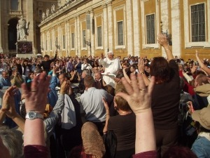 Menschen aus aller Welt vor dem Vatikan bei der Papstaudienz
