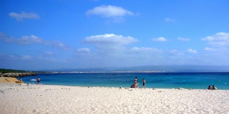 Strand zwischen Fertilia und Alghero mit traumhaftem Wasser nd feinem weißen Sandstrand