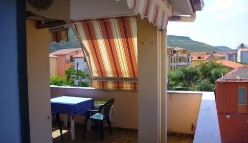 Apartment Deledda in Bosa Marina, Balkon mit Sonnenmarkise