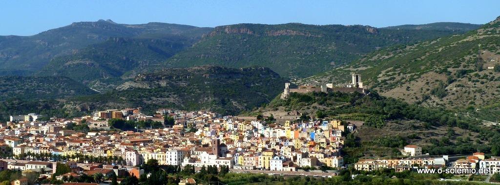 Bosa an der Westküste Sardiniens, mit der Burg Malaspina. Eine sehenswerte kleine Stadt, ca. 50km unterhalb von Alghero im Westen von Sardinien am Meer gelegen. Nimm dir einen Tag Zeit, durch die Gassen der Altstadt zu bummeln, oder auch zwei und genieße die Stadt im Schimmer der Laternen, speise im Restaurant am Fluss, verliere dich in den Reflexionen der Lichter auf dem Wasser, lass dich mitnehmen von der ruhigen, freundlichen Atmosphäre Bosas!