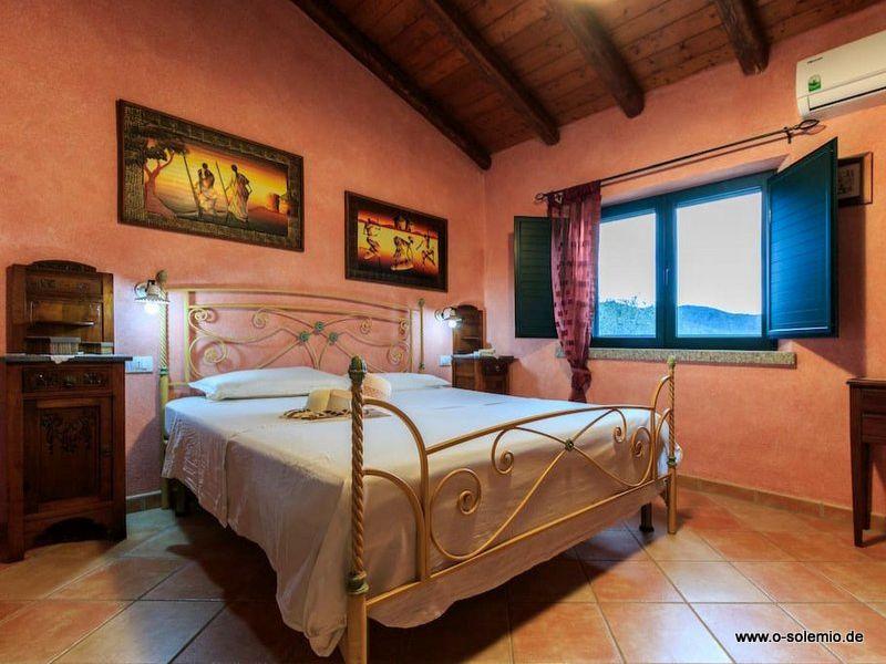 Schlafzimmer Mit Doppelbett Und Klimananlage