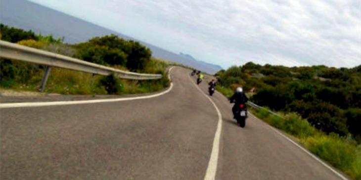 Motorradfahrer im Mai auf Sardinien