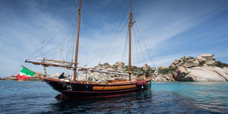 Segelschoner vor La Maddalena