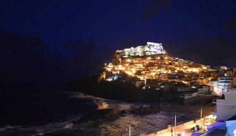 Blick von der Terrasse auf Castelsardo bei Nacht