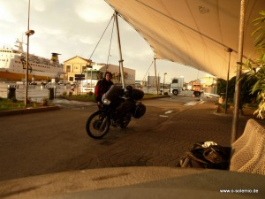 Mit dem Motorrad, Fähre nach Sardinien